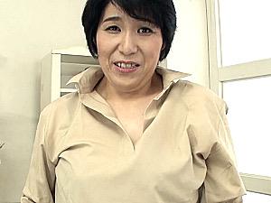 「オマンコにいっぱい出して〜」ごく普通の五十路おばさんが初撮りで魅せるドスケベ本性!真田葉子