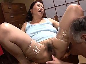 巨乳たれ乳の五十路母は父と息子の性処理ペット!和谷美園