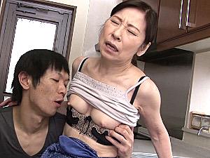 還暦母が息子に高速ピストンされピンク乳首の細身ボディを痙攣させて連続イキまくり!秋田富由美
