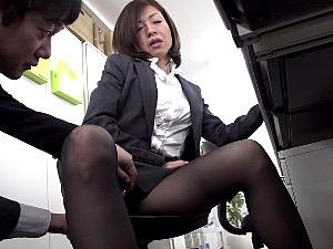 仕事中にオナニーしていた熟女OLが部下に見つかり中出しエッチ!竹内梨恵・福山香織