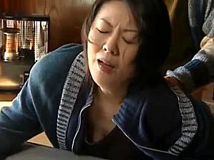 五十路嫁が夫の出張中に七十歳過ぎた義父にバックで泣かされる!円城ひとみ