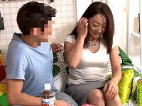 五十路フェロモン系熟女が若いナンパ男の部屋で濃厚ベロチュー!永山麗子