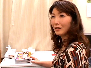 スケベボクロが色っぽい妖艶熟女の母親が童貞息子を筆下ろし!栗林麗子