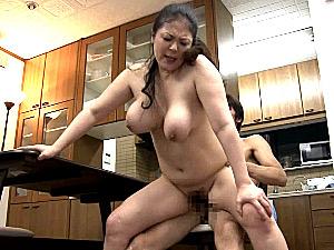 爆乳熟女が息子の担任教師と自宅で浮気エッチ!櫻井夕樹