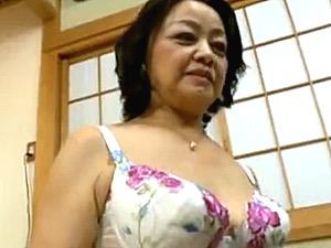 可愛らしい還暦祖母が20歳の孫を童貞筆下ろし!岩下菜津子