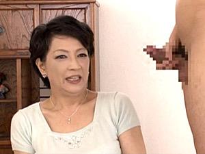 ショートカットの妖艶な五十路熟女が若いチンポでパイパン突かれ中出しH!染谷京香