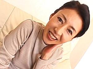 小顔で細身の還暦熟女が若い男達を相手に目元にシワを寄せて感じまくる!安藤千代子