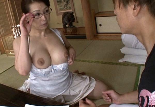 巨乳ムチムチボディのエロケバいメガネ熟女家庭教師が男子生徒をモテ遊び汗だく本気セックス!愛矢峰子