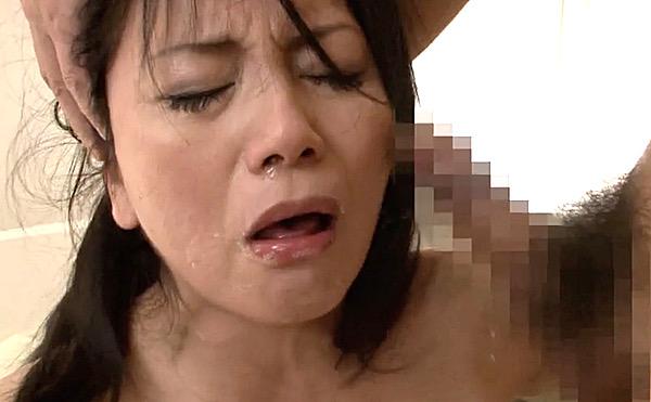 五十路美熟女がデビュー作で鼻水を垂らしブサイク顔で大絶叫3P!真弓あずさ