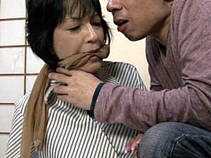 ストッキングで猿轡され背後から陵辱される黒乳首でパイパンの五十路母!染谷京香