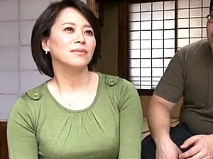 ポッチャリ巨乳の色っぽい母親が夫に隠れて息子と中出しエッチ!北村早苗