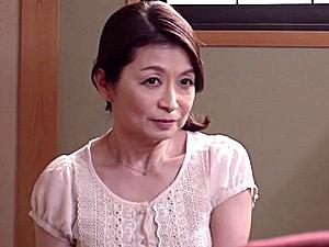 パイパン還暦熟女が家族の前で若い大学生と中出しセックス!遠田恵未