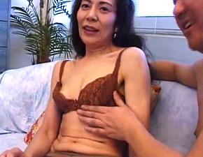 高身長で美脚のマダム系美熟女が3P連続顔射でアヘアヘ!