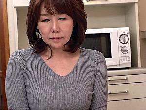 再婚相手の連れ子の若いイケメンに溺れた地味な五十路熟女!真田紗也子
