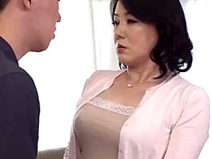 ポッチャリ巨乳の五十路熟女が元旦那の連続中出し強烈ピストンに大絶叫!豊橋京佳