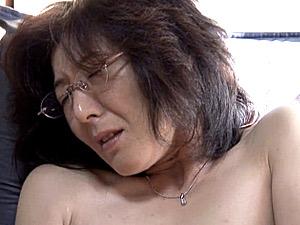 知的な眼鏡のバツイチ熟女OLが若い男に高速ピストンされ昇天!