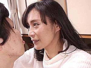 息子を理想の彼氏に仕立てて童貞を奪う小悪魔な母親!平岡里枝子