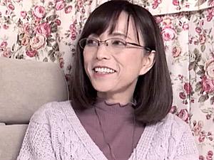 スタイル抜群のメガネ五十路美熟女がナンパHで連続マジイキ!及川里香子