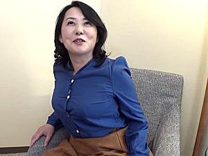 関西弁で気の強いEカップ巨乳熟女がパンティを濡らし若い男と浮気エッチ!佐久間英子
