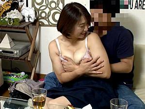 黒乳首の爆乳おばさんが若いイケメンにナンパされ胸キュンが止まらず中出し浮気H!時田こずえ