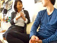 小顔で綺麗な美熟女がイケメン大学生にナンパされて浮気エッチ!湯川美智子