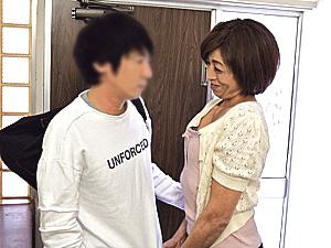 細身美脚のエロケバい五十路母が帰省した息子と近親相姦エッチ!千堂マリア