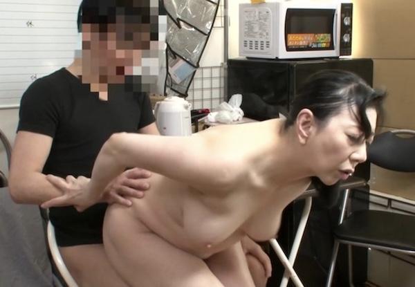 還暦パート人妻がバイト大学生と休憩中に控え室で中出しエッチ!原田京子・天霧真世