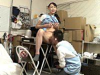 性欲過剰な美人奥様が短期バイトの若い男子を休憩中につまみ喰い!平岡里枝子・烏丸まどか