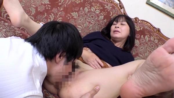 大きな瞳の五十路美熟女が若い男にナンパされ高速ピストンで大絶叫!矢田紀子