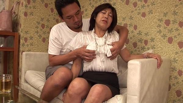 仕事帰りの熟女OLが若い男にナンパされ妊娠線の残るダラシない三段腹を揺らし中出しH!!宮辺みゆき