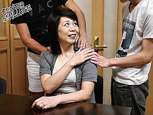 還暦母が2人の息子に抱かれ黒乳首の垂れ乳を揺らし汗だくマジイキ連発!野口史恵