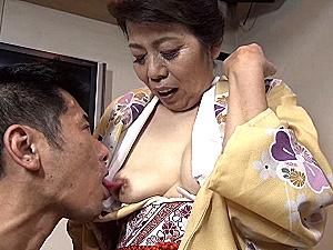 垂れ乳の還暦女将が着物姿で若い男に抱かれビクビク痙攣イキまくり!野口史恵