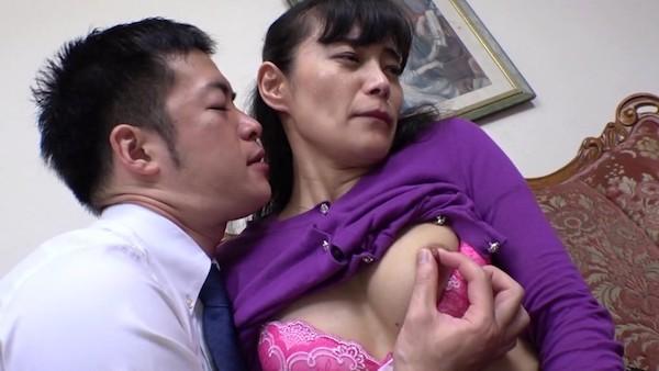 美熟女人妻OLが若いイケメンに声をかけられ中出しH!平岡里枝子