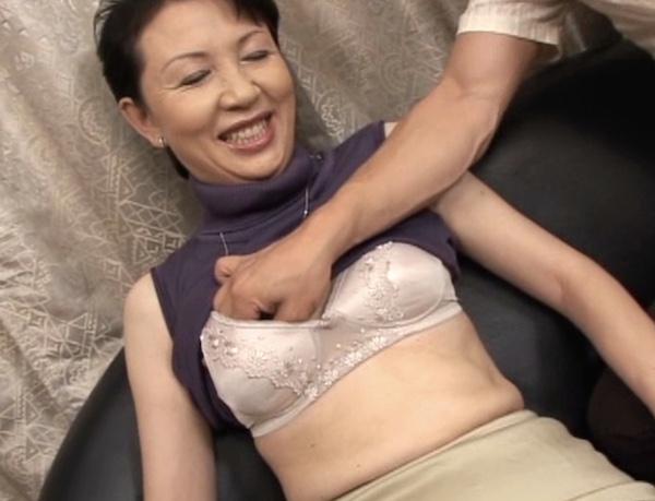 ショートカットで細身の五十路熟女が高速ピストンで本気イキ!持田涼子