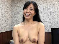 顔も胸元もシミだられでスケベ顔の五十路熟女がマン汁漏らしまくり!戸澤佳子