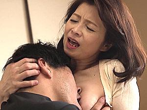 巨乳の還暦母がパイパンオマンコを息子に激しく突かれ大絶叫!遠田恵未